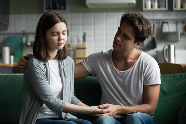 Amando compreensão namorado reconfortante consolando triste namorada sentindo empatia compaixão