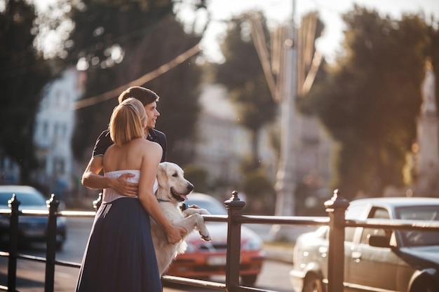 Amando, mulher, beijando a bochecha de seu namorado