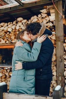 Amando o casal dançando em um parque de inverno