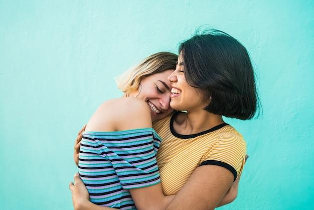 Amando o casal de lésbicas abraçando.