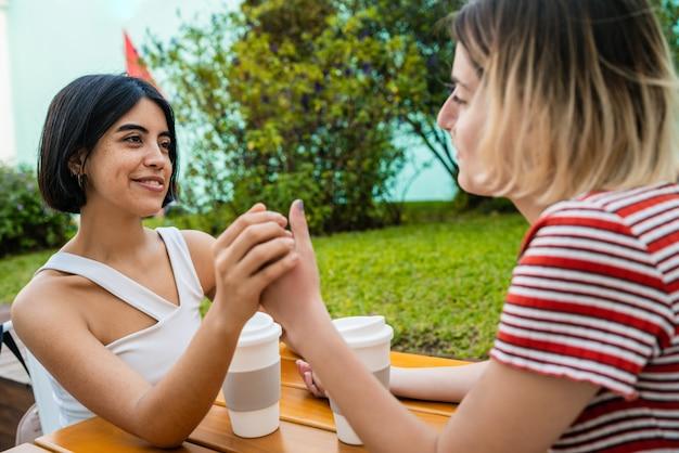 Amando o casal de lésbicas, tendo um encontro no café.