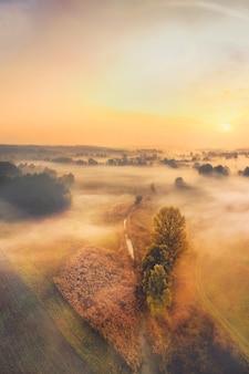 Amanhecer calma paisagem de aldeia