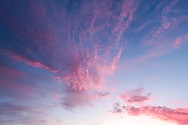 Amanhecer com nuvens cor de rosa e corais