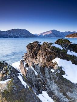 Amanhecer de inverno no lago