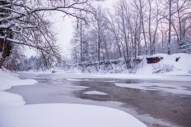 Amanhecer de manhã no rio. céu cor-de-rosa. paisagem de inverno. natureza fora da cidade.