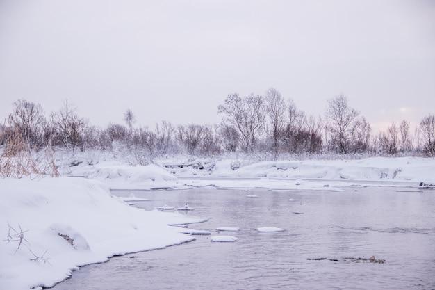 Amanhecer de manhã no rio. céu cor-de-rosa. paisagem de inverno