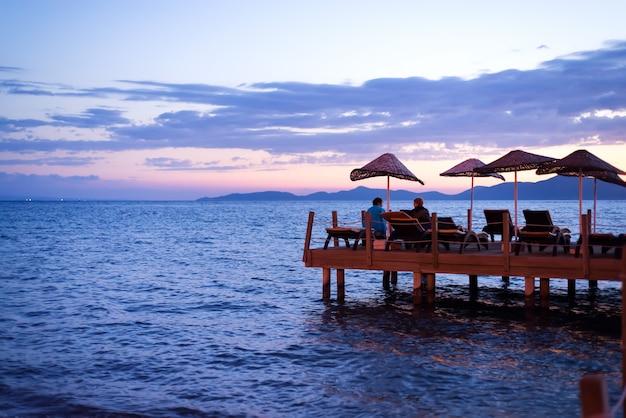 Amanhecer do sol nascendo no horizonte do mar.
