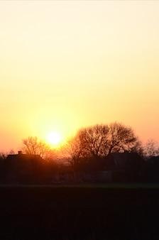 Amanhecer na aldeia. nascer do sol na paisagem suburbana
