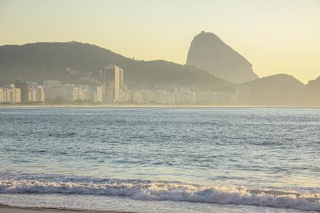 Amanhecer na praia de copacabana, no rio de janeiro.