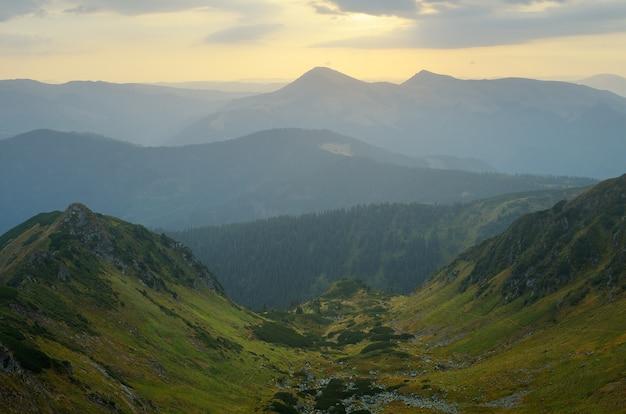 Amanhecer nas montanhas. paisagem matinal em tons suaves. montanhas dos cárpatos, ucrânia