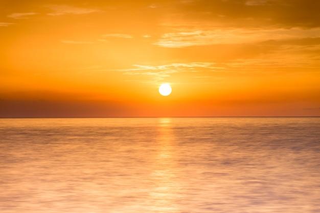 Amanhecer no horizonte do mar