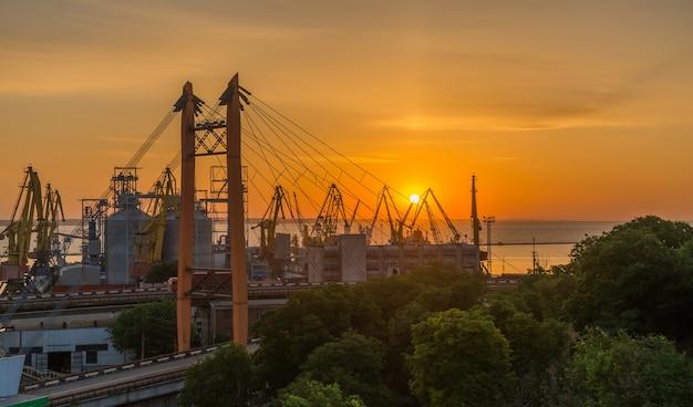 Amanhecer no porto comercial de odessa, ucrânia