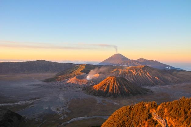 Amanhecer no vulcão bromo, na ilha de java. indonésia