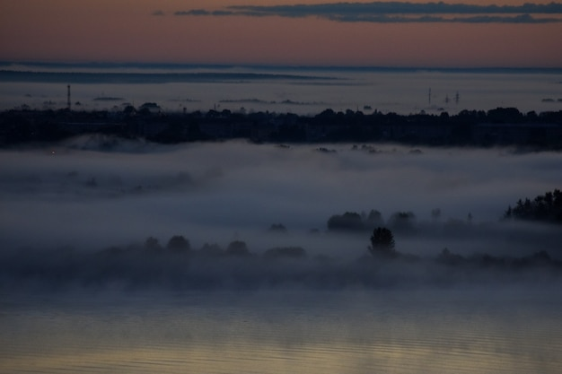 Amanhecer nublado sobre o rio volga