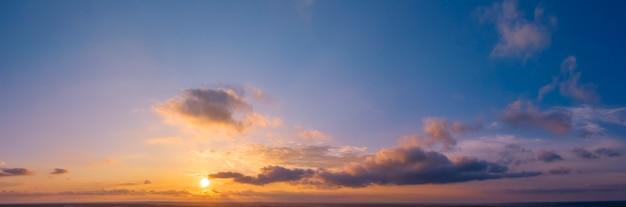 Amanhecer ou pôr do sol, panorama. vista do zangão do sol e do céu de nuvens brilhantes.