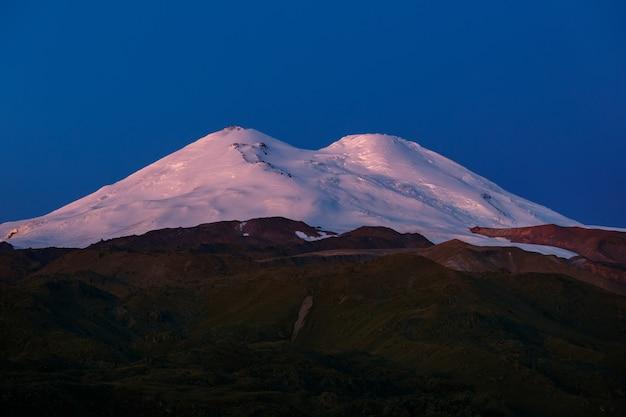 Amanhecer sobre os picos nevados do monte elbrus