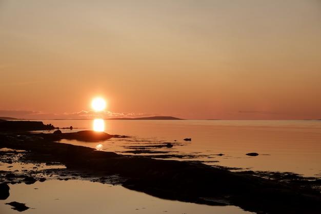 Amanhecer suave sobre a superfície do mar antes que o sol apareça no horizonte