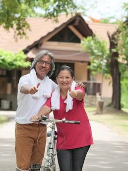 Amante casal sênior de bicicleta no parque em casa