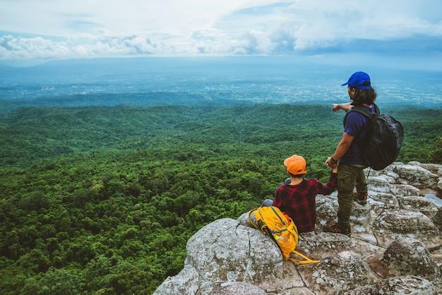 Amante da mulher e o curso dos asiáticos dos homens relaxam no feriado. ver mapa explore as montanhas