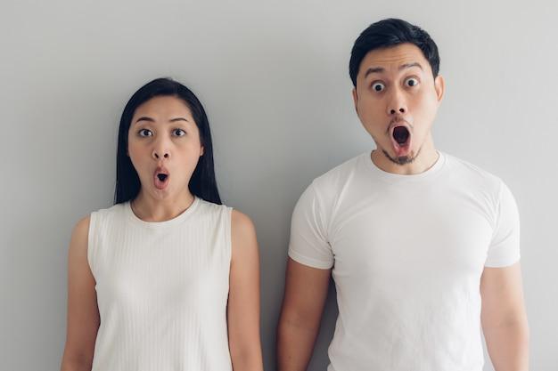 Amante de casal surpreso e chocado em t-shirt branca