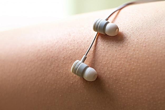 Amante de música está tendo arrepios e desfrutando da música relaxante favorita.