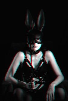 Amante de uma garota sexy mascarada de coelhinho em lingerie erótica com efeito glitch
