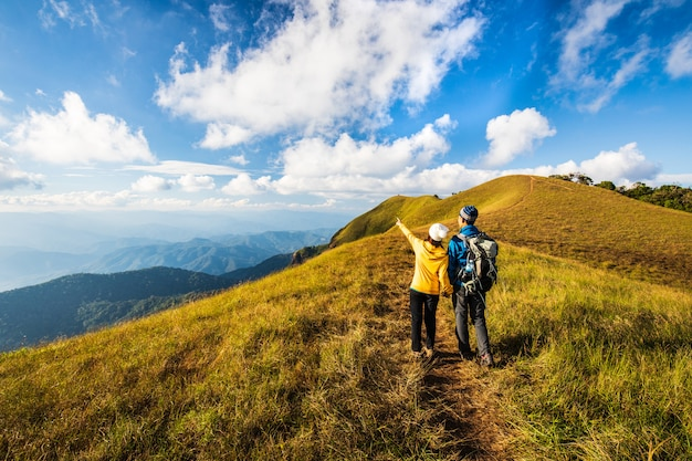Amante mochila caminhadas nas montanhas. doi mon chong, chiangmai, tailândia.