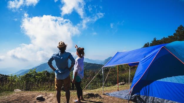 Amante mulher e homem na montanha