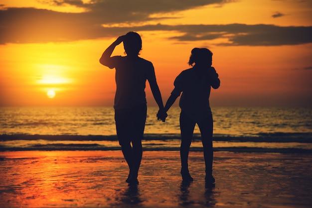 Amantes asiáticos felizes e se divertindo segurando as mãos.
