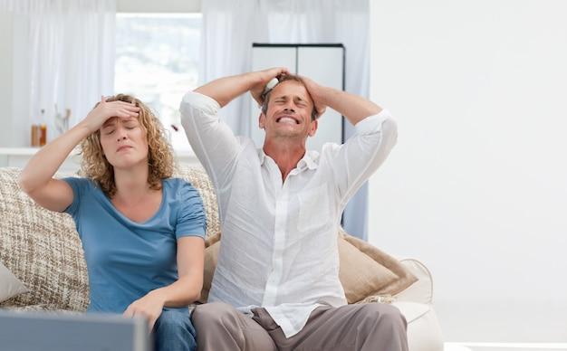 Amantes assistindo televisão na sala de estar em casa