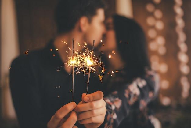 Amantes com fogos de artifício