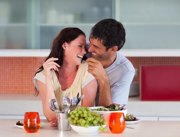 Amantes comendo na cozinha