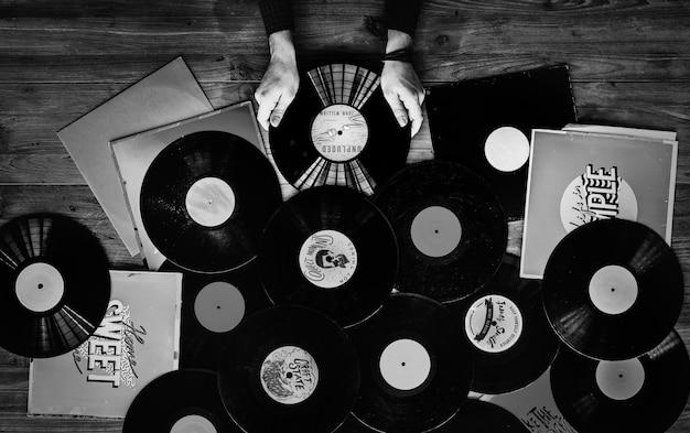 Amantes da música com discos de vinil