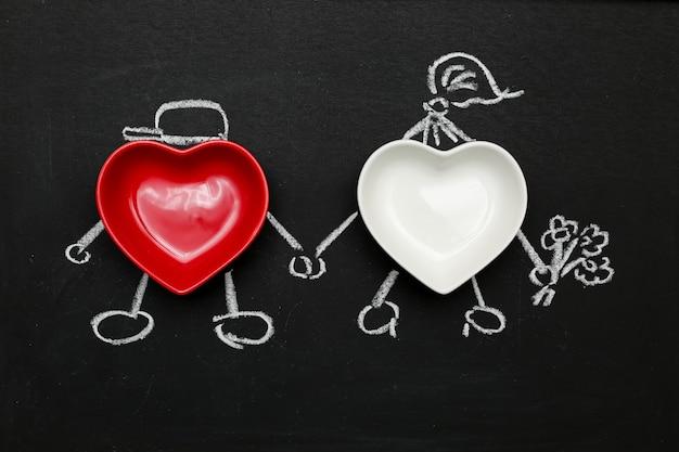Amantes de dois corações vermelhos e brancos de mãos dadas, parabéns pessoas desenhadas dá flores.