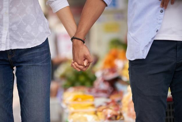 Amantes de mãos dadas