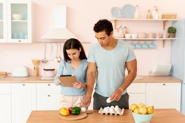 Amantes de tiro médio cozinhar juntos