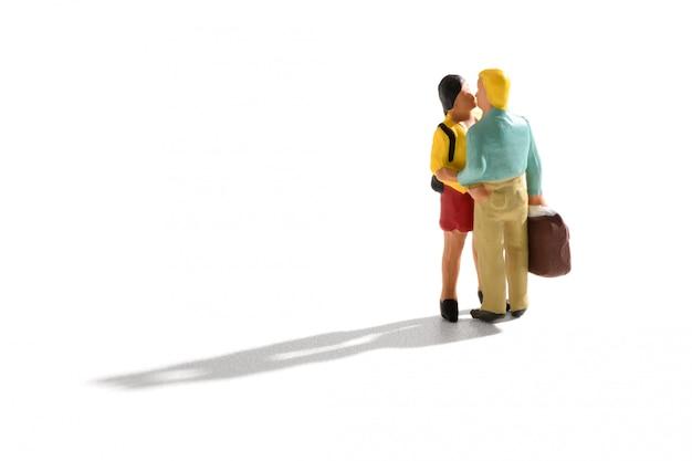 Amantes em miniatura se beijando na chegada ou partida