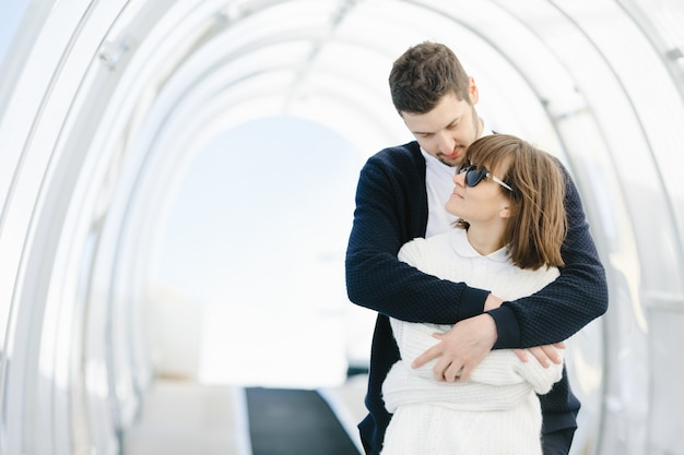 Amantes felizes se abraçam e se olham