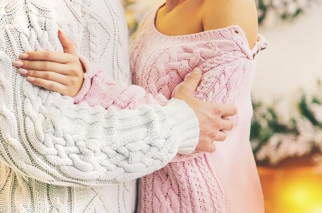Amantes homem e mulher em um fundo de natal. foco seletivo.
