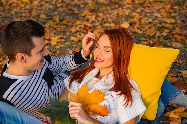 Amantes homem e mulher no parque no outono