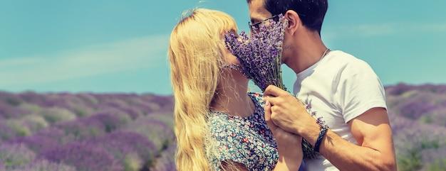 Amantes no campo florescendo de lavanda.