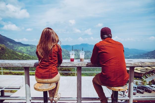 Amantes olhando a bela vista. localizado na montanha. consiste em pessoas que vêm