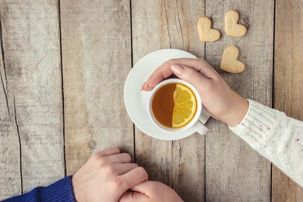 Amantes que bebem o chá foco seletivo. beba quente.