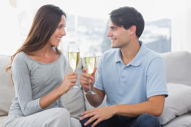 Amantes tilintando suas taças de champanhe