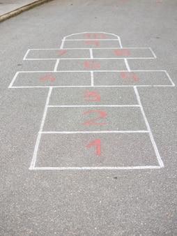 Amarelinha desenhada na calçada, sem pessoas aparecendo