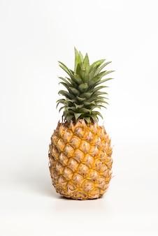 Amarelo do abacaxi em um fundo branco.