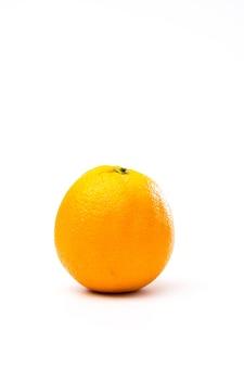 Amarelo-laranja inteiro isolado em um branco