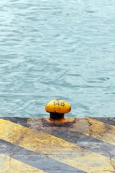 Amarração amarela no porto