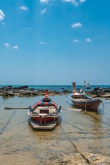 Amarração de barco na praia do mar