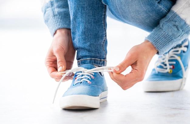 Amarrando cadarços em sapatos desportivos